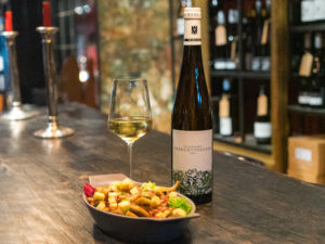 Wein des Monats vom Weingut Reichsrat von Buhl bei engelhorn Vinothek coq au vin